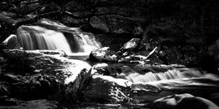 Cascades à écriture ligne par ligne froides de crique Image libre de droits