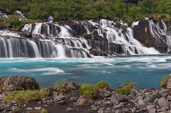 Cascades à écriture ligne par ligne merveilleuses de Hraunfossar en Islande Photographie stock libre de droits