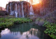Cascades étonnantes en parc national de lacs Plitvice de Croate photographie stock