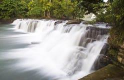 Cascades avec de l'eau soyeux Photo libre de droits