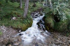 Cascades blanches dans un ruisseau semblant rapide et mou Photo stock