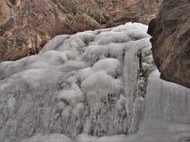 Cascades congelées au parc d'état accrochant de roche Image stock