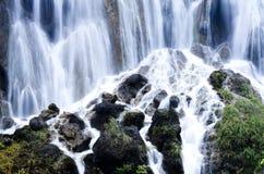 Cascades d'été de JiuZhaiGou image stock