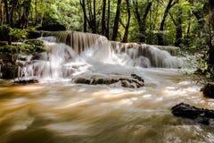 Cascades dans la forêt tropicale tropicale Photographie stock
