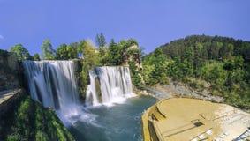 Cascades dans la ville Jajce, Bosnie-Herzégovine Photographie stock libre de droits