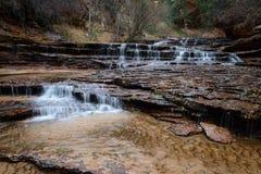 Cascades de cascade à écriture ligne par ligne en stationnement de Zion Photographie stock