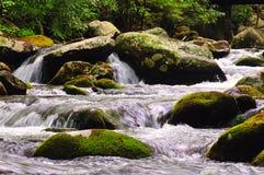 cascades de flot au-dessus des roches Photographie stock
