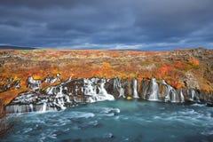 Cascades de Hraunfossar dans des couleurs d'automne Image libre de droits