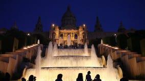 Cascades de l'eau au-dessous de MNAC à Barcelone la nuit banque de vidéos