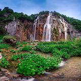 Cascades de parc national de lacs Plitvice pendant le matin Photo stock