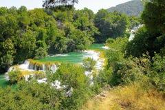 Cascades de Sunny Croatia dans la station de vacances de Krka d'été photographie stock