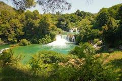 Cascades de Sunny Croatia dans la station de vacances de Krka d'?t? photo stock