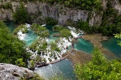 Cascades en weg, het Nationale Park van Plitvice, Kroatië Stock Afbeelding