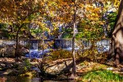 Cascades et beau feuillage d'automne entourant Guadalupe River, le Texas photos stock