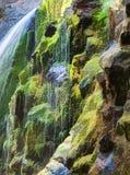 Cascades et roches moussues Photo stock