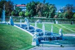 Cascades fontaine, jardin de belvédère à Vienne, Autriche photos libres de droits