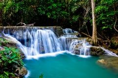 Cascades, l'eau de vert vert Photographie stock libre de droits