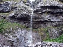 Cascades saisonnières dans la vallée du lac Klontalersee photos libres de droits