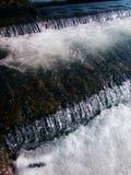 Cascades sur une rivière débordante Image libre de droits