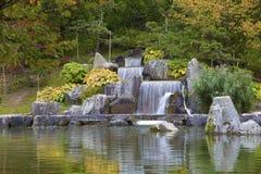 Cascadez la cascade dans le jardin japonais, Hasselt, Belgique Photographie stock libre de droits