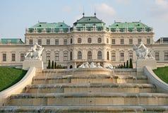 Cascadez la fontaine dans le jardin de palais de belvédère à Vienne, Autriche images libres de droits