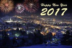 Cascadez le feu d'artifice au-dessus de la ville Garmisch aux nouvelles années 2017 Images stock