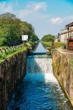 Cascadez sur une serrure chez le Naviglio Pavese, un canal qui relie la ville de Milan à Pavie, Italie photographie stock libre de droits