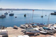 Cascais海湾 在码头放置的小帆船 库存图片