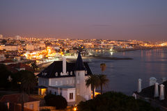 Cascais,里斯本,葡萄牙夜间视图 库存图片