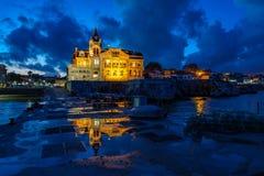 Cascais avec le bâtiment de marine au crépuscule avec des lumières Image libre de droits