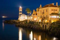 Cascais fyr på natten, Portugal Arkivfoton