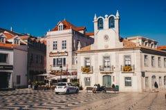 Cascais Portugal, November 2017: Cascais stadskärna med touri Arkivfoton