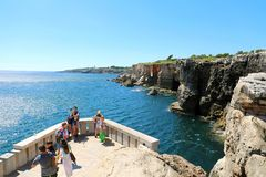 CASCAIS PORTUGALIA, CZERWIEC, - 25, 2018: turyści bierze obrazek blisko obraz royalty free