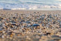Cascalho naturalmente arredondado na costa de mar, tex do fundo do mar da natureza foto de stock royalty free