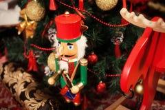 Cascanueces debajo del piel-árbol del ` s del Año Nuevo Imágenes de archivo libres de regalías