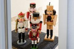 Cascanueces tradicionales que esperan la entrada Foto de archivo