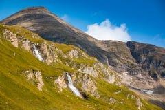 Cascata accanto all'alta strada alpina di Grossglockner nel parco nazionale di Hohe Tauern Immagini Stock