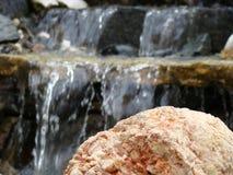 Cascata, acqua, le pietre, pietre nell'acqua fotografie stock