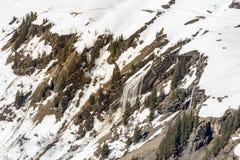 Cascata all'alta montagna da neve di fusione in Europa Fotografia Stock