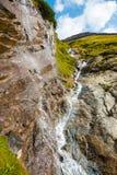 Cascata all'alta strada alpina di Grossglockner nelle alpi europee Fotografie Stock Libere da Diritti