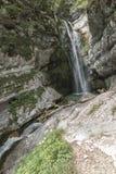 Cascata all'estremità della valle di Voje nella gola di Mostnica non lontano dal lago Bohinj in Slovenia Fotografia Stock