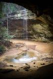 Cascata alla caverna della cenere, parco di stato delle colline di Hocking, la caverna dell'uomo anziano Fotografie Stock Libere da Diritti