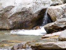 Cascata alpina delle montagne in Svizzera Fotografia Stock Libera da Diritti