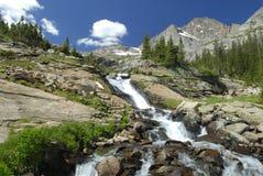 Cascata alpina in montagne rocciose del Colorado Immagine Stock