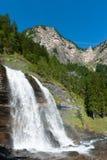Cascata alpina nella foresta della montagna Immagine Stock Libera da Diritti