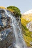 Cascata alpina pittoresca, alta strada alpina di Grossglockner in alpi austriache Immagini Stock
