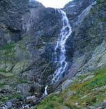 Cascata alta nelle montagne Immagine Stock