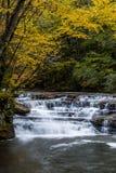 Cascata in autunno - Campbell Falls, parco di stato dell'insenatura del campo, Virginia Occidentale fotografie stock