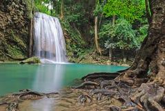 Cascata blu della corrente in Kanjanaburi Tailandia (parco nazionale della cascata di Erawan) Fotografia Stock