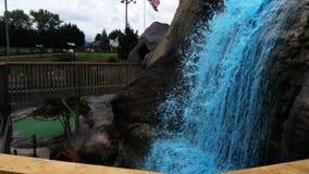 Cascata blu sulle rocce fotografia stock